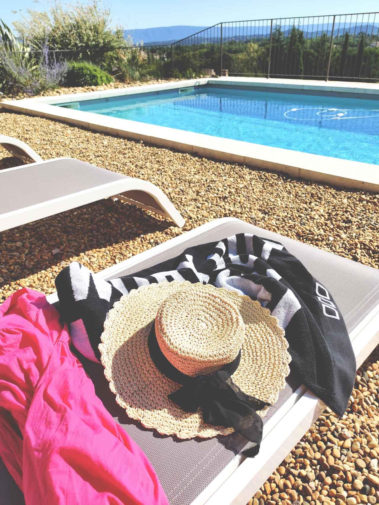 Provence-piscine-chapeau-de-paille